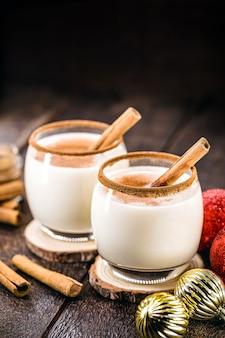 卵とアルコールをベースに、世界中の家庭で作られた、クリスマスの典型的なホットエッグノッグ。エッグノッグ、オールドマンのミルク、ミルクとピスコ、モモコーラ、コキートまたはcrãƒâ¨medevieまたはeierlikãƒâ¶rと呼ばれます