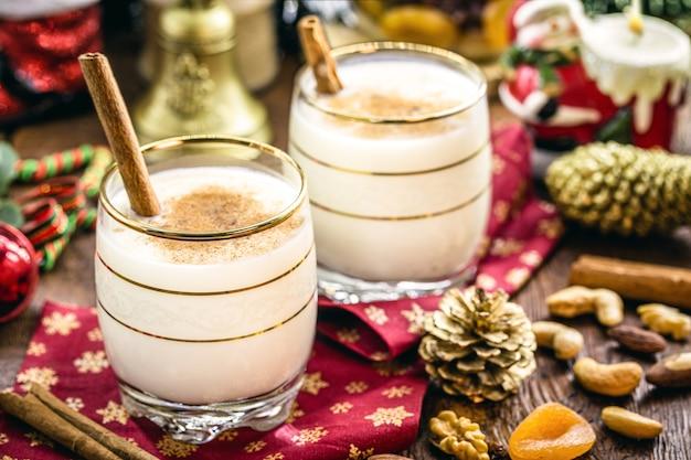 エッグノッグと呼ばれる世界中の家庭で作られたクリスマスの典型的なホットエッグノッグ