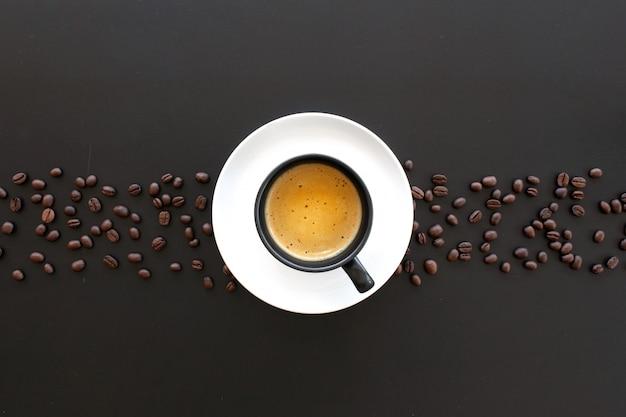 블랙 테이블에 뜨거운 에스프레소와 커피 콩