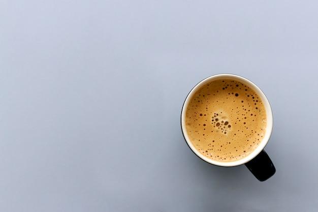 テーブルにホットエスプレッソコーヒーカップ。上面図