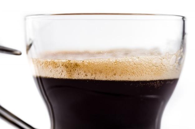 Горячее стекло кофе эспрессо изолированное близко вверх