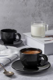 Горячий кофе эспрессо с молоком на фоне мраморного стола. перерыв на кофе в кафе в стиле ретро, вид на меню.