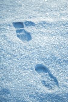 寒い雪の上の熱い足跡