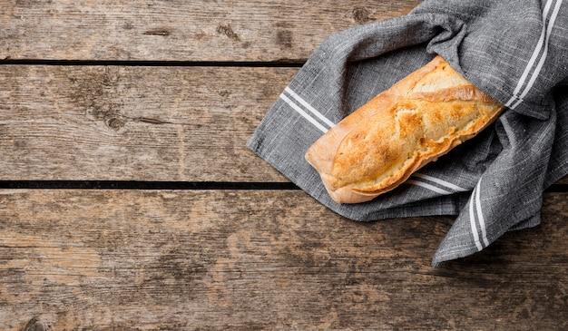布に包まれた熱い新鮮なフランスのバゲットのパン