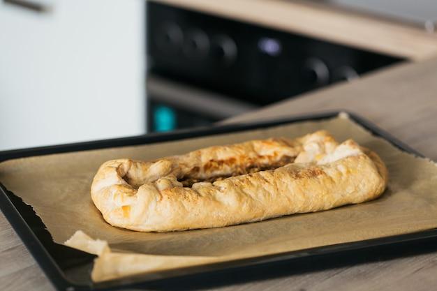 自宅のキッチンで焼きたてのホットアップルパイ