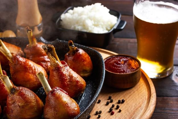 Горячий жареный цыпленок на сковороде с пивом