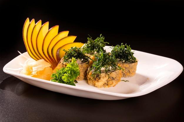 새우, 오이, 치즈 필라델피아와 함께 뜨거운 튀긴 스시 롤. 스시 메뉴. 일본 음식. 후토 마키