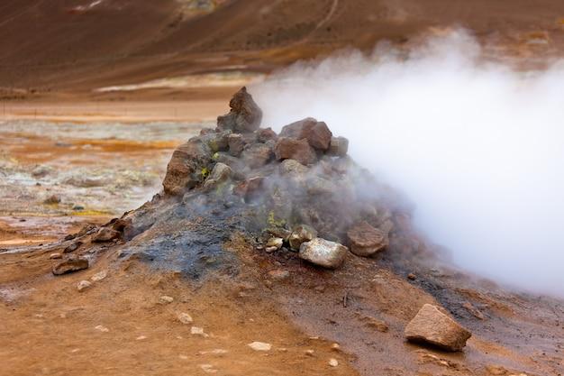 アイスランドのホット地熱地域hverir。横ショット