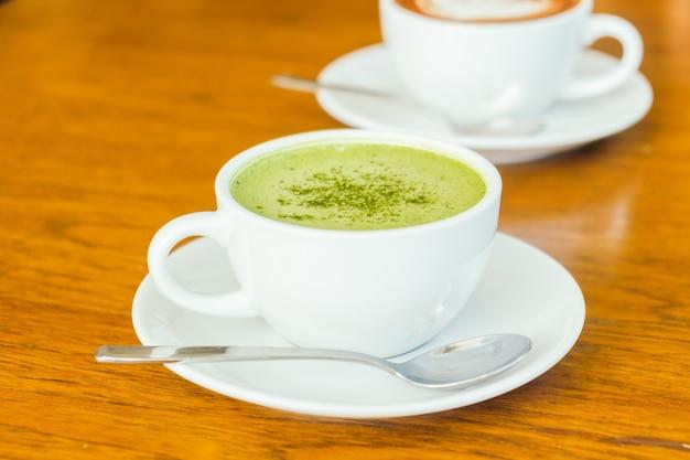 흰색 컵에 뜨거운 녹색 말차 라떼