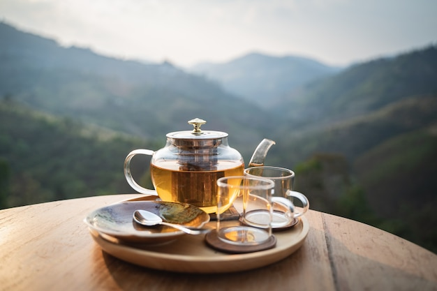 Горячий зеленый чай на деревянном столе