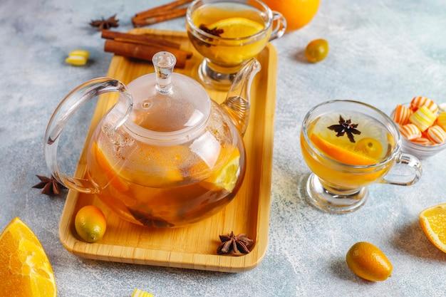 Горячий здоровый согревающий зимний чай с апельсином, медом и корицей.