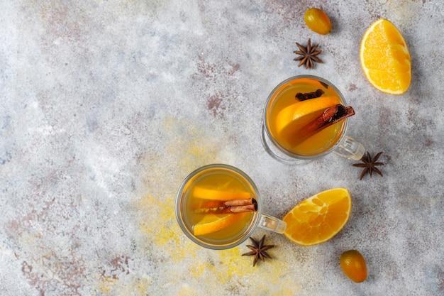 オレンジ、ハチミツ、シナモンを使ったヘルシーで温かい冬のお茶。