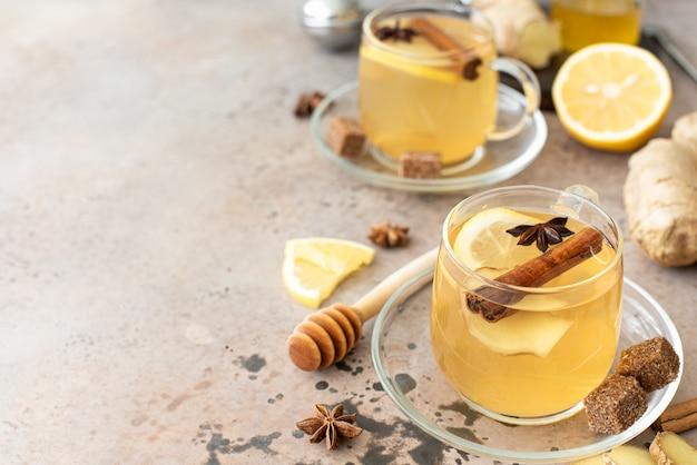Горячий травяной чай с лимоном и специями