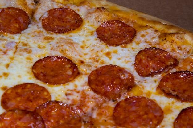 Горячая домашняя пицца пепперони готова к употреблению