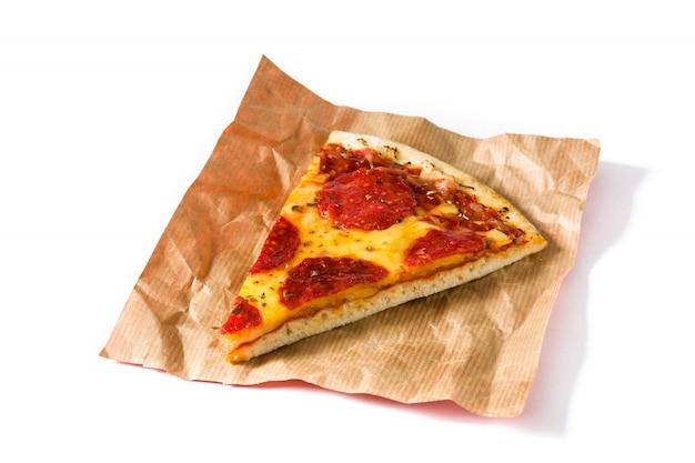 白で隔離されるホットイタリアペパロニピザのスライス