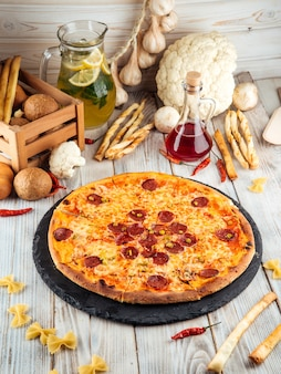 Горячая пицца халапеньо пепперони с сыром пармезан
