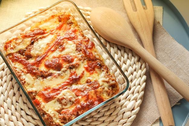 温かいカレーライス焼きチーズ、具材-玉ねぎ、鶏肉、じゃがいも、にんじん、カレーとチーズ、自家製料理