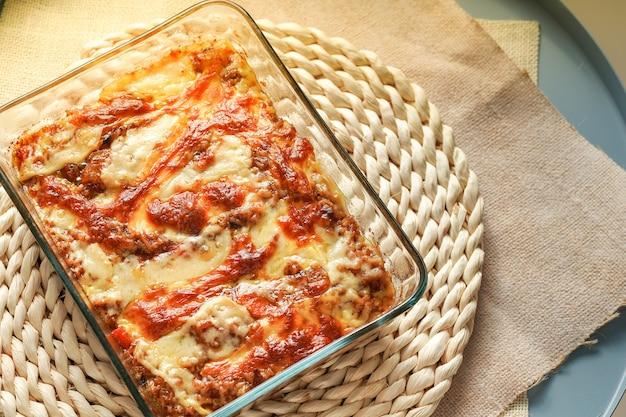 ホットカレーライス焼きチーズ、材料-タマネギ、チキン、ポテト、ニンジン、カレー、チーズ