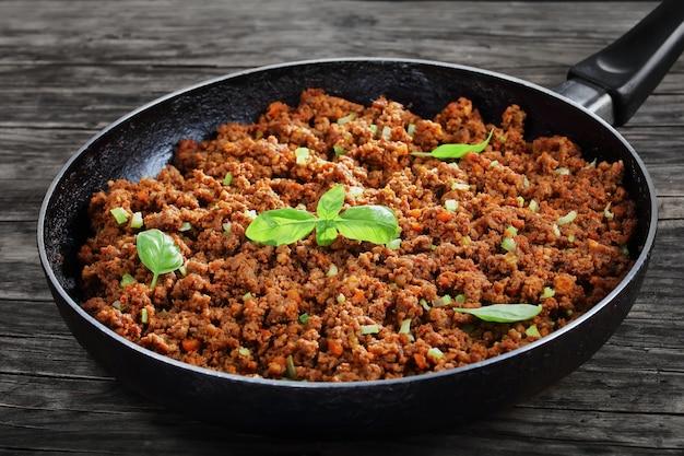 Горячий сочный говяжий фарш, тушенный с томатным соусом и специями