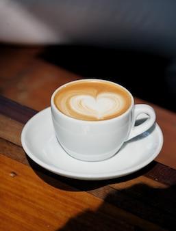 白いマグカップのホットラテアートコーヒー