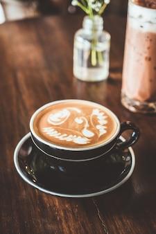 カフェレストランで熱いラテコーヒーカップ