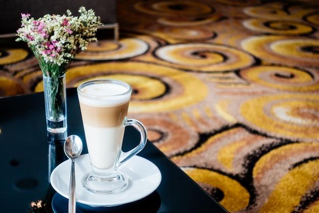 テーブル上のホットラテコーヒーカップ
