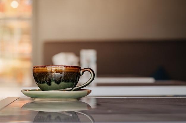 대리석 테이블에 놓인 뜨거운 라떼 커피