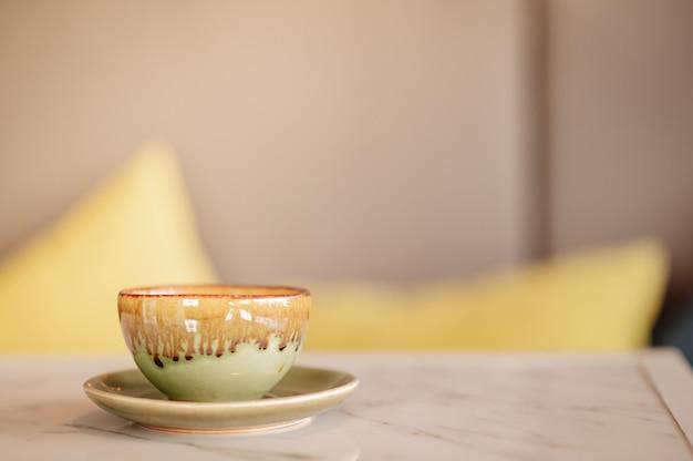 테이블 위에 놓인 뜨거운 라떼 커피