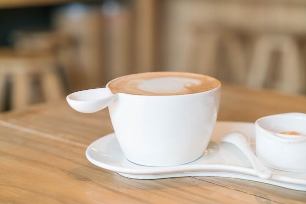 Caffè latte caldo in negozio