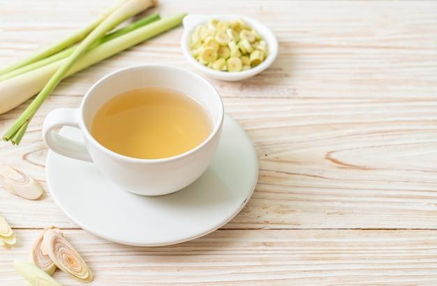 뜨거운 레몬 잔디 주스 컵