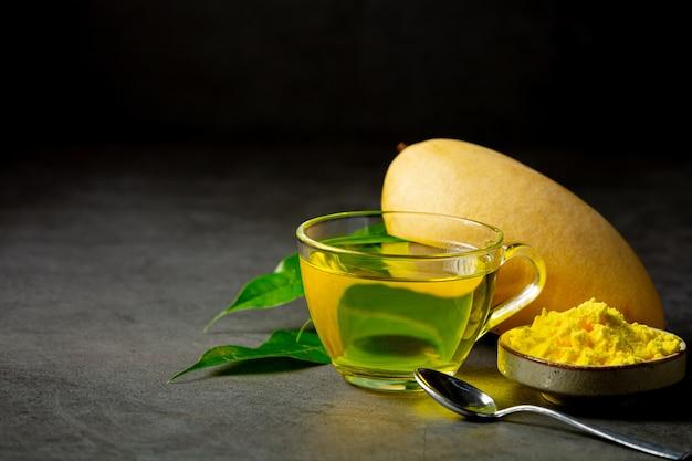 Tè caldo al mango sul tavolo