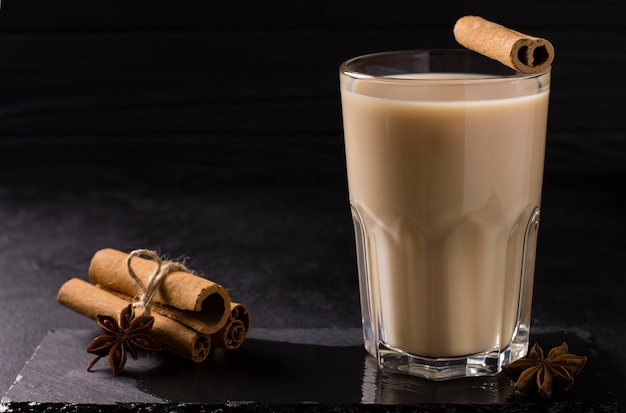 Горячий чай масала со специями, корицей, имбирем и звездчатым анисом в стакане