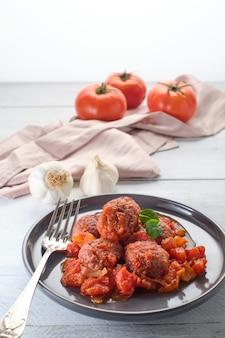 Горячие котлеты с томатным соусом