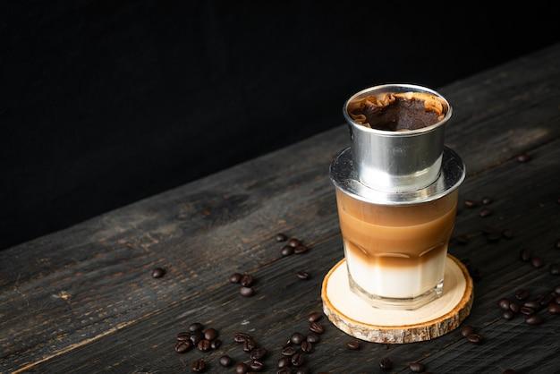 ベトナムスタイルで滴るホットミルクコーヒー-サイゴンまたはベトナムコーヒー