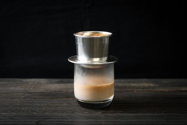 베트남 스타일로 떨어지는 뜨거운 우유 커피. 사이공 또는 베트남 커피