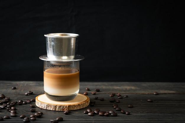 베트남 스타일로 떨어지는 뜨거운 우유 커피-사이공 또는 베트남 커피
