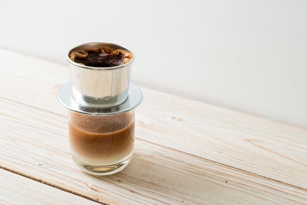 베트남 스타일로 떨어지는 뜨거운 우유 커피 - 사이공 또는 베트남 커피