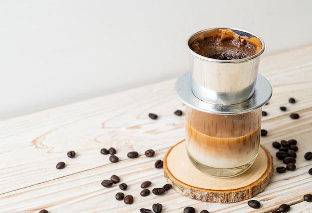 Капающий горячий кофе с молоком во вьетнамском стиле - сайгон или вьетнамский кофе