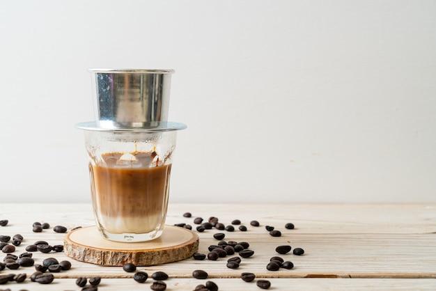 베트남 스타일로 떨어지는 뜨거운 우유 커피