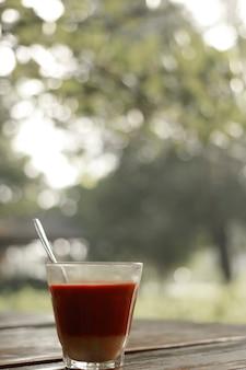 朝の雰囲気の温かいミルクティー。