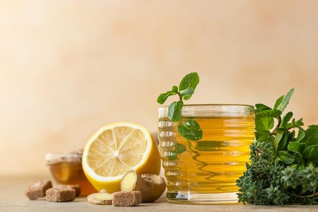 生姜の根、レモン、蜂蜜入りのホットミントとタイムティー。ハーブティー。