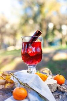 グラスでホットホットワイン秋の公園でのoutdorsピクニックgluhweinホットワイン