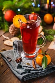 향신료와 오렌지와 함께 유리에 뜨거운 mulled 와인