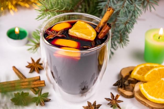 Горячий глинтвейн с красным вином, апельсином, палочками корицы и звездчатым анисом.