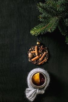 향신료와 크리스마스 장식을 곁들인 뜨거운 mulled 와인