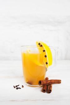 유리와 향신료에 뜨거운 오렌지 주스