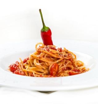 Горячая паста с сыром и помидорами