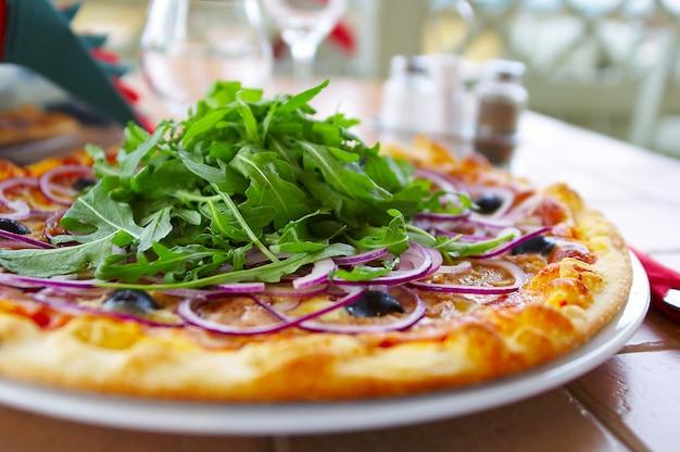Горячая пицца на столе в кафе