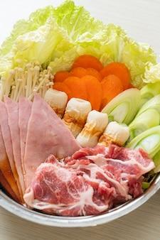 生肉と野菜のスープ鍋