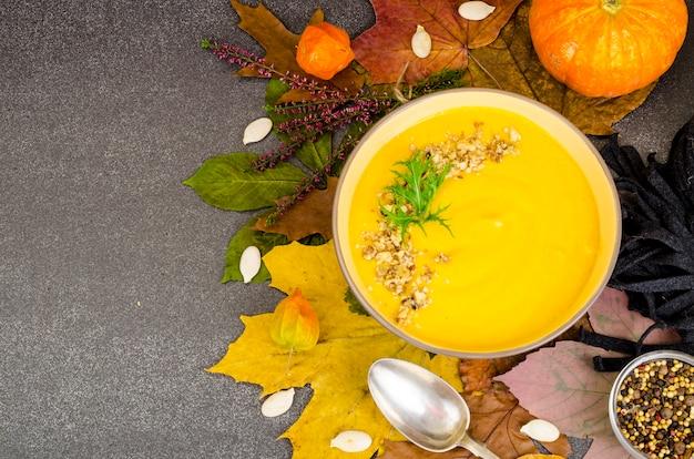 乾燥した紅葉と熱いカボチャのスープ。